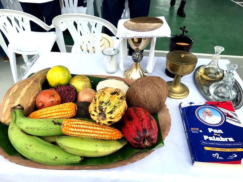Las ofrendas con los productos de la zona de Darién junto con el misal y los elementos para la Misa.