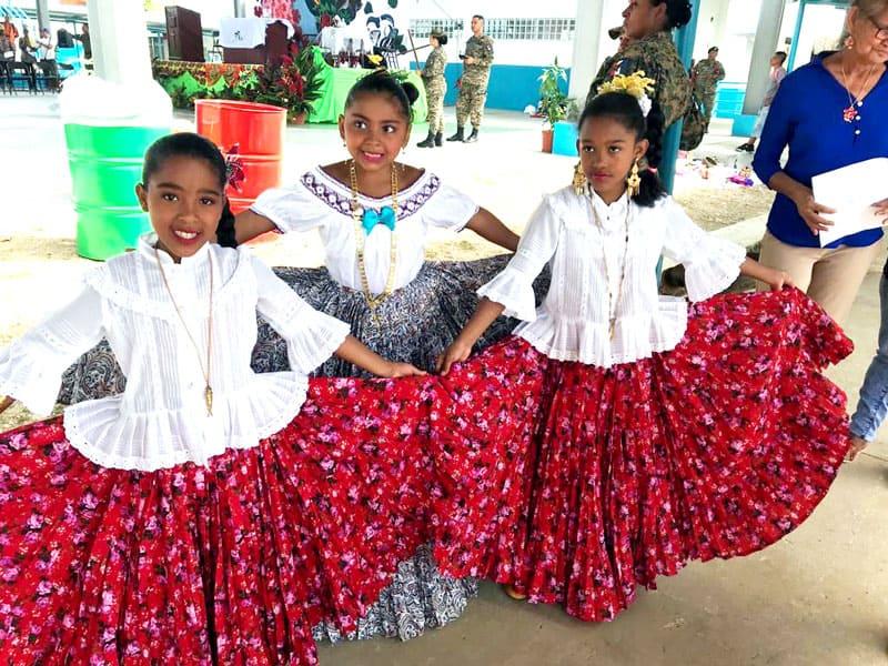 Panameños en Darién muestran trajes típicos antes de una Misa antes del inicio de la JMJ con el Papa Francisco en Panamá