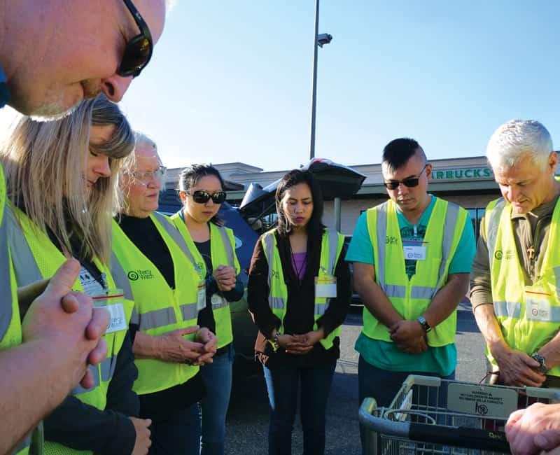 Voluntarios de MercyWatch en Everett, Washington, se reúnen para orar antes de realizar su trabajo voluntario con las personas sin hogar.