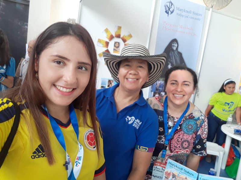 La Hermana Heramil (al centro) y la Hermana Norma Pocasangre saludan a una peregrina de la Jornada Mundial de Panama.
