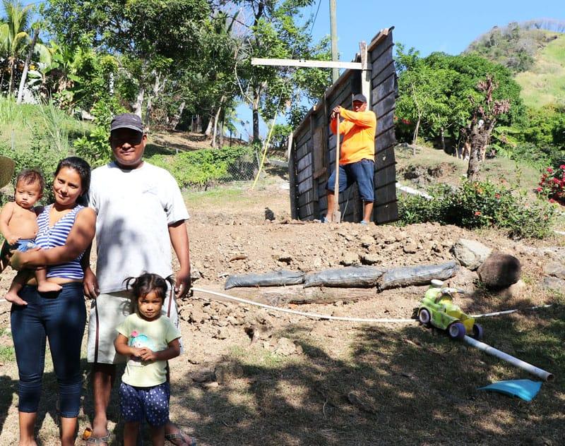 La familia Franco le muestra a la Hna. Heramil donde construirán su nueva casita.