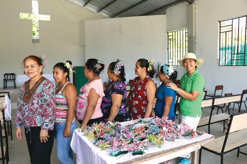La Hermana Heramil y mujeres de Vallecito muestran su trabajo de manualidades al crear diferentes tocados o tembleques panameños.