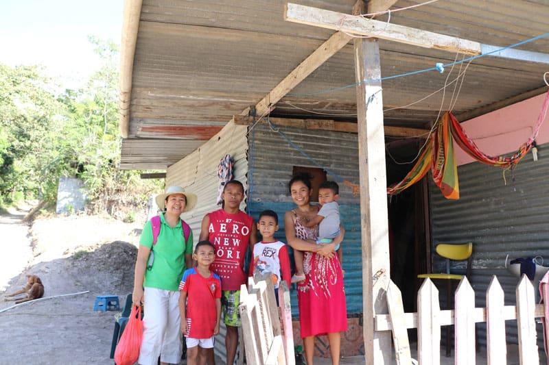 John González y Emliana Arroyo, con sus tres hijos, recientemente recibieron la aprobación para construir su casa de cemento.