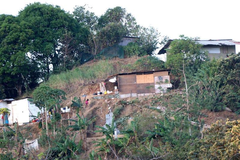 Algunas de las casas en las comunidades donde la Hermana Heramil trabaja con el proyecto de viviendas en Panamá. Ella visita a familias para evaluar las necesidades que tienen.