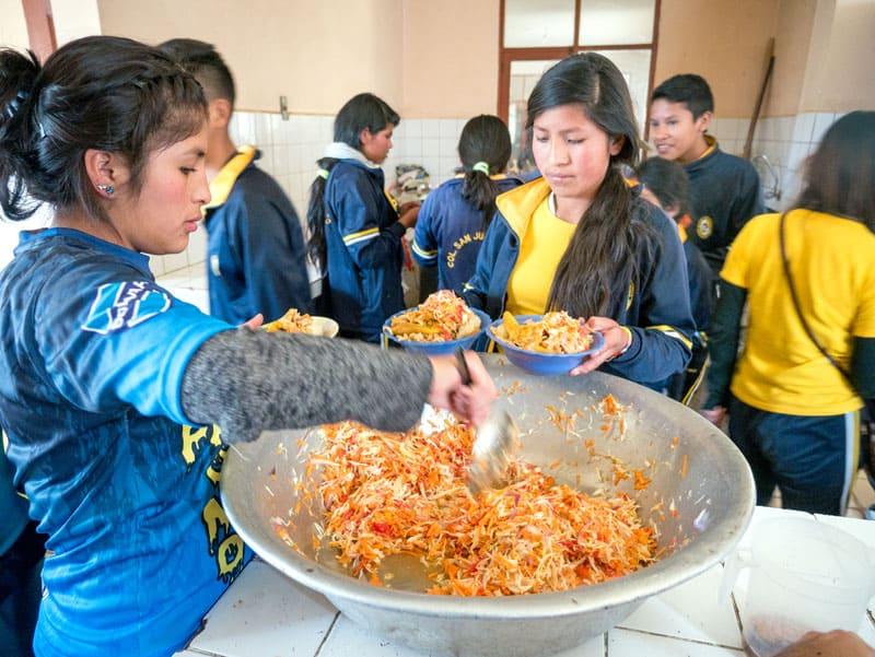 Valores del Voleyball en Tacopaya- estudiantes en el almuerzo