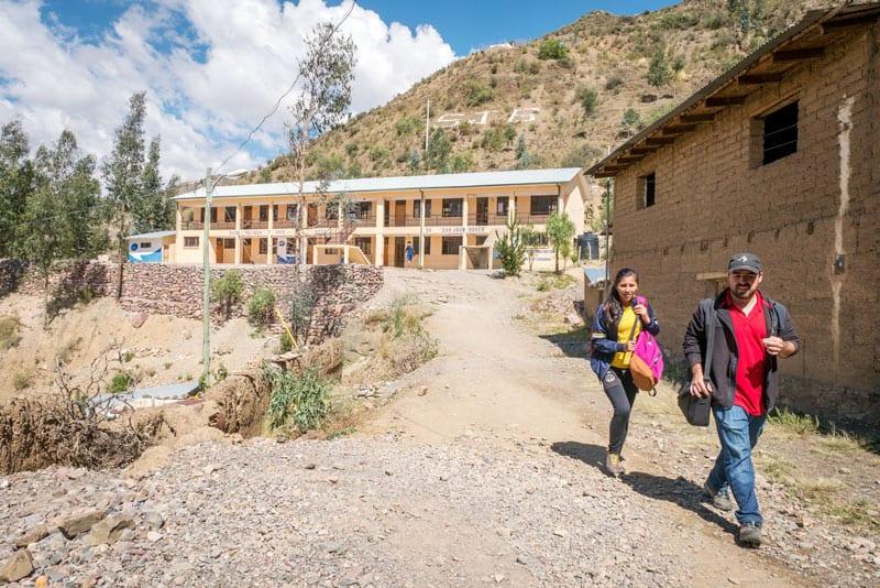 Valores del Voleybol: Misionero Laico Juan Gomez en San Juan Bosco School, in Tacopaya. (Nile Sprague/Bolivia)
