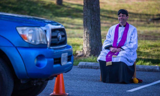 Sacerdote comienza a ofrecer confesiones en el estacionamiento de iglesia