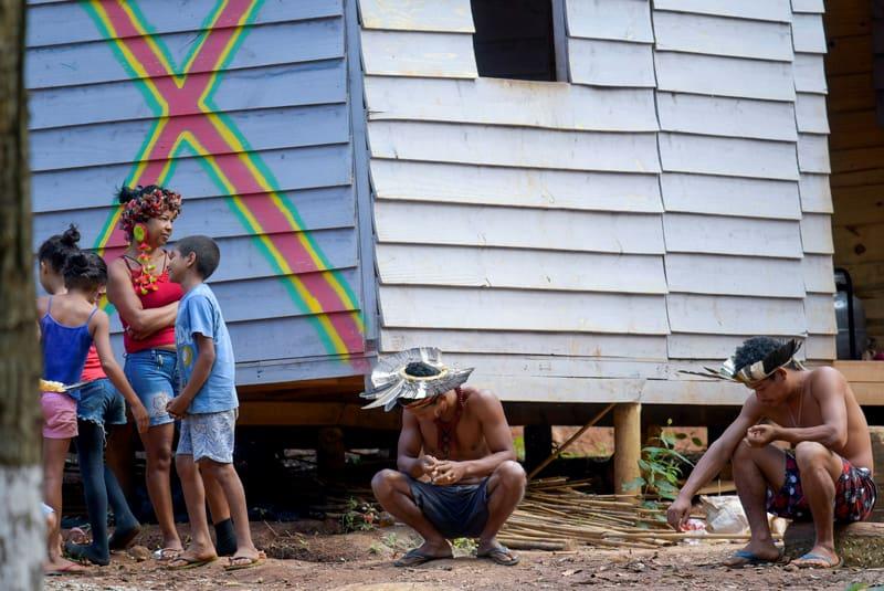 Personas indígenas del grupo étnico Pataxo aparecen en esta foto en Sao Joaquim de Bicas, Brasil, el 25 de marzo de 2020. Mientras que el coronavirus se extiende por Sur América, los líderes de la Iglesia Católica piden urgentemente a gobiernos que protejan a los pueblos indígenas (Foto CNS-Washington Alves, Reuters)