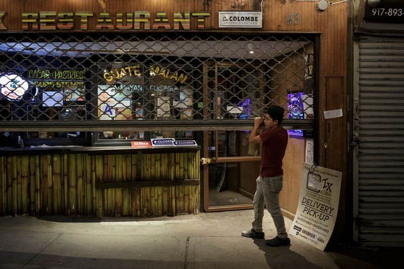 Pandemia acentúa disparidades a lo largo de líneas raciales, étnicas: Un empleado de un restaurante latino en la ciudad de Nueva York cierra su puerta el 2 de abril de 2020 durante la pandemia de coronavirus. (Foto del CNS / Anna Watts, Reuters)
