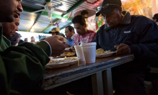 Refugiados en un centro de ayuda discuten dificultades durante pandemia