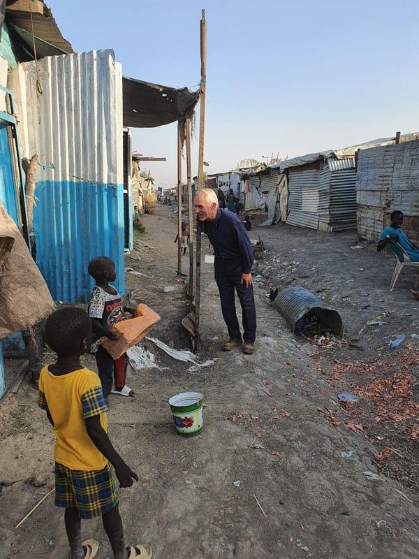 El impacto de COVID-19 en África Oriental: El padre Bassano, el único sacerdote que ministra en un campamento de las Naciones Unidas para la Protección de los Civiles de Malakal, recibió un permiso especial para caminar en el campamento, sin dejar de respetar los protocolos de distanciamiento social. (Cortesía de Michael Bassano / Sudán del Sur)