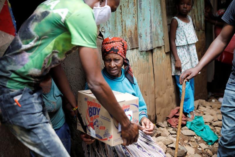 El impacto de COVID-19 en África Oriental Una anciana recibe una caja de donaciones de alimentos entregadas por un grupo de ayuda a personas necesitadas en una sección pobre de Nairobi, Kenya, el 14 de abril de 2020, durante la pandemia de coronavirus. Los grupos de ayuda con sede en EE.UU. Están brindando fondos y otro tipo de apoyo a las comunidades más vulnerables a COVID-19 en todo el mundo. (CNS, Baz Ratner, Reuters/Kenya)