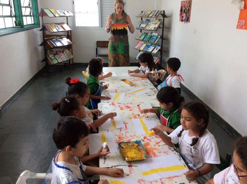 Desastres ambientales: En las clases de arte que enseña a niños de familias de bajos ingresos, Claire Stewart reutiliza artículos de la basura presente de São Paulo. Ella también enseña muchas otras lecciones ambientales. (Foto cortesía de Misioneros Laicos Maryknoll/Brasil).