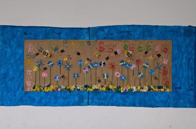 Desastres ambientales: Un mural creado por los estudiantes de Claire Stewart completamente de residuos de basura. (Foto cortesía de Misioneros Laicos Maryknoll/Brasil).