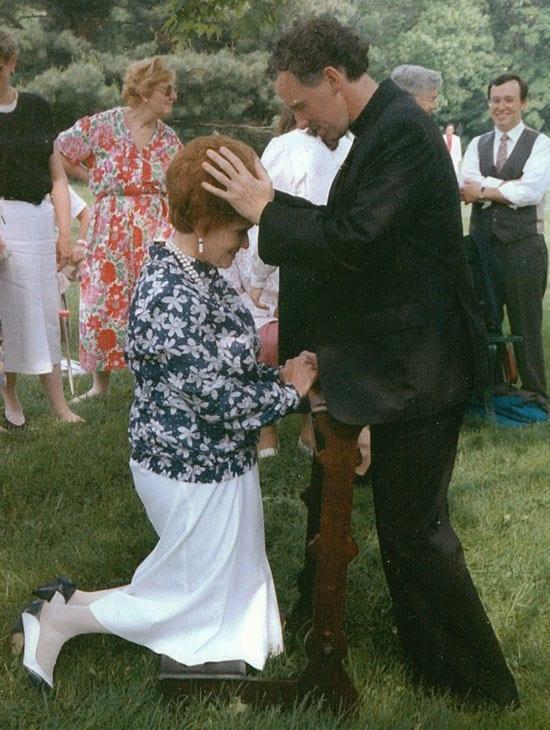 El padre Sleyman bendice a su madre en su ordenación como sacerdote Maryknoll en 1990.