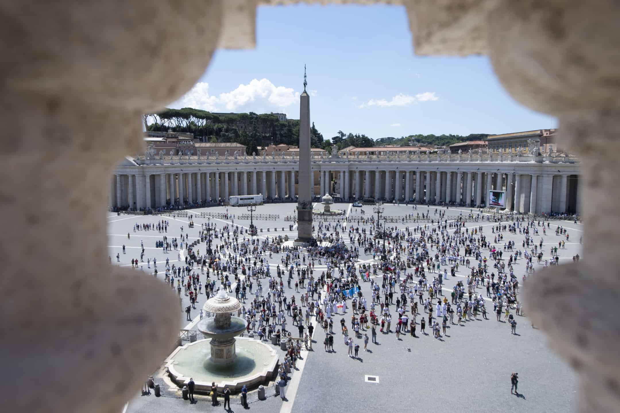 Temor: La multitud observa cómo el Papa Francisco conduce el Ángelus desde la ventana de su estudio con vista a la Plaza de San Pedro en el Vaticano el 21 de junio de 2020. (CNS/Medios del Vaticano)