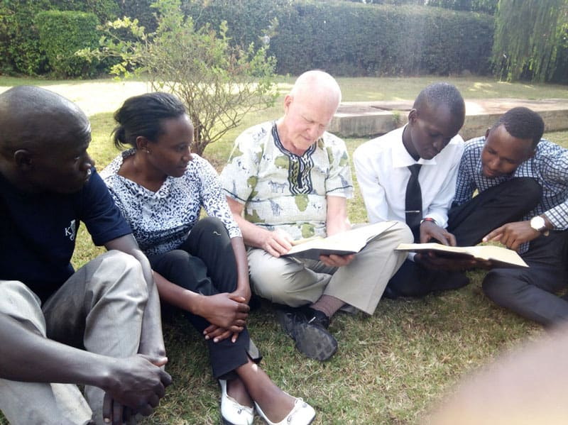 El Padre Maryknoll Joseph Healey habló sobre el intercambio de la Biblia y la Reflexión de la Biblia como un elemento central de las pequeñas comunidades cristianas con estudiantes de la Universidad de Kenyatta, Nairobi, Kenya. (Cortesía de Joseph Healey/Kenya)