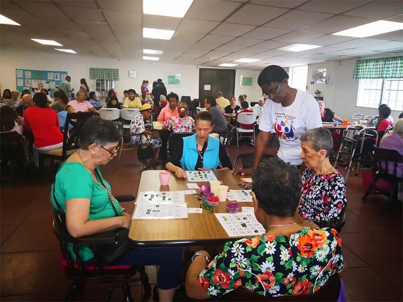 Los voluntarios de la comunidad a menudo visitaban a los residentes de Nueva Vida para com- partir actividades como bingo, cantos y otros juegos antes de que el COVID-19 se convierta en una pandemia mundial. (Cortesía de Geraldine Brake / Panamá)