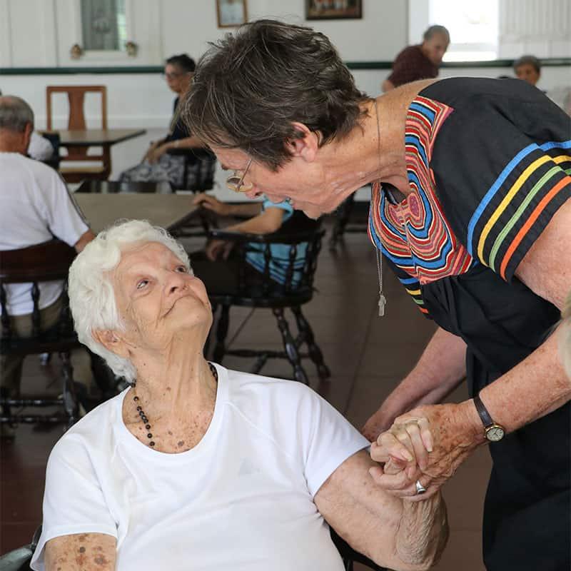 La hermana Brake saluda a la residente María Alcalá en el Hogar Nueva Vida en febrero de 2019. (María-Pía Negro Chin / Panamá)