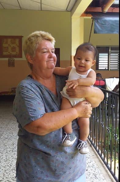 Voces en tiempos de pandemia: La Hermana Maryknoll Delia Smith abraza a Sophie, la hija de uno de los residentes del hospicio en donde trabaja en Guatemala. (Foto cortesía de Delia Smith/Guatemala)
