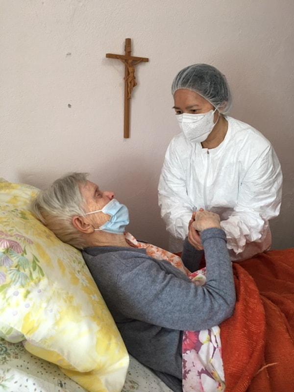 Voces en tiempos de pandemia: La Hermana Maryknoll Ngoc Hà Pham, quien es enfermera, visita a la Hermana Maureen Corr durante la cuarentena COVID-19 en el Centro de Hermanas Maryknoll en Nueva York. (Foto cortesía de Ngoc Hà Pham/Nueva York)