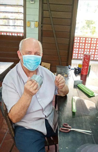 Voces en tiempos de pandemia: El Padre Maryknoll James Kroeger usa una máscara que ayudó a hacer para combatir COVID-19. El sacerdote y seminaristas en Manila están armando equipos de protección para trabajadores de primera línea (Cortesía de James Kroeger/Filipinas)