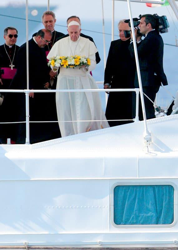 El Papa Francisco arroja una corona de flores al mar Mediterráneo frente a la isla italiana de Lampedusa en esta foto de archivo del 8 de julio de 2013. El Papa arrojó una corona de flores para honrar la memoria de los inmigrantes que han muerto tratando de cruzar de África para alcanzar una nueva vida en Europa.