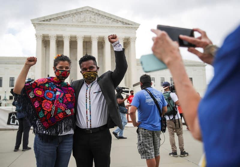 Gabrielle Betances y su esposo, Luis Aguilar, un receptor de DACA de México, posan para una foto cerca del edificio de la Corte Suprema de los Estados Unidos en Washington el 18 de junio de 2020. En uno de los casos más esperados del término, la Corte Suprema dictaminó ese mismo día contra los esfuerzos de la administración Trump para poner fin al programa de Acción Diferida para los Llegados en la Infancia, conocido como DACA. (CNS / Jonathan Ernst, Reuters)