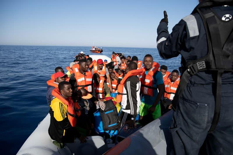 aniversario Lampedusa: Un grupo de migrantes aparecen en esta foto de finales de junio en un bote que espera ser rescatado por el barco de búsqueda y rescate de la ONG alemana Sea-Watch 3 durante una operación de búsqueda y rescate en el mar Mediterráneo, frente a la costa de libia. (CNS-Laila Sieber, folleto de Sea Watch a través de Reuters)