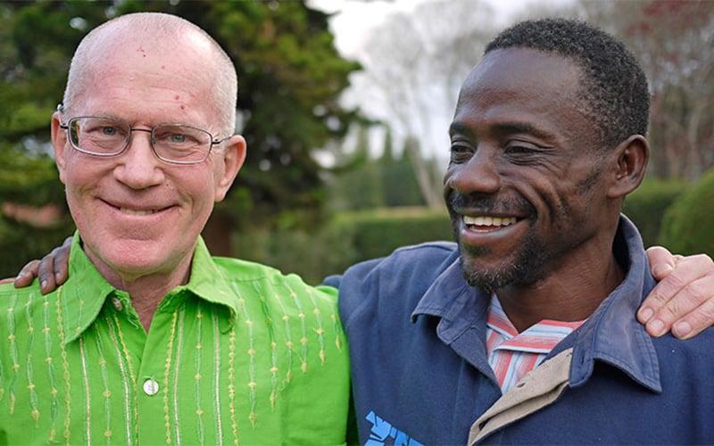 El Padre Maryknoll Joseph Healey con un colega tanzano, Charles Ndege en Nairobi, Kenya, antes de la pandemia de COVID-19. (Sean Sprague/Kenya)