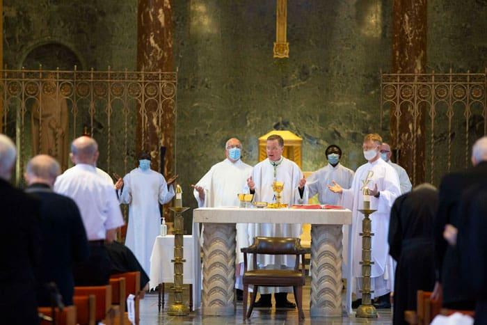 La pandemia del SIDA en Kenya preparó al Padre Maryknoll Richard Bauer para ofrecer guías a trabajadores de salud ante cualquier pandemia.