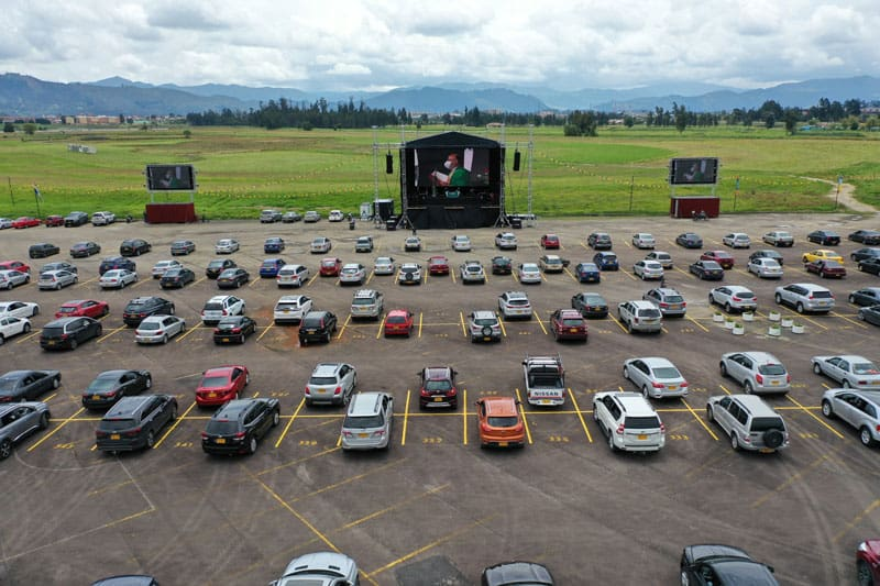 misa en estacionamiento de hipódromo: Hundreds of people attand a drive-in Mass near Bogota, Colombia, Aug. 30. Churches have been closed in Colombia's capital city for five months, but recently an events company began to allow drive-in Masses on the parking lot of a former horse racetrack. (CNS photo/Manuel Rueda)