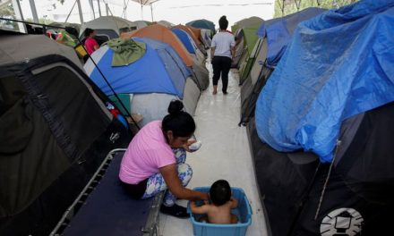 La Desesperación Llega un Campamento Mexicano Cerca de la Frontera