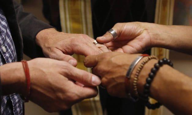 Papa Defiende el Matrimonio, pero Acepta Algunas Uniones Civiles