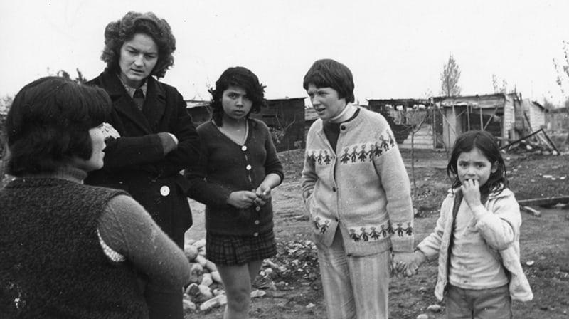 Las Hermanas Maryknoll Carla Piette (la más alta) e Ita Ford, con suéter claro, trabajaron juntas en Chile antes de ir a El Salvador, donde ambas encontraron la muerte.