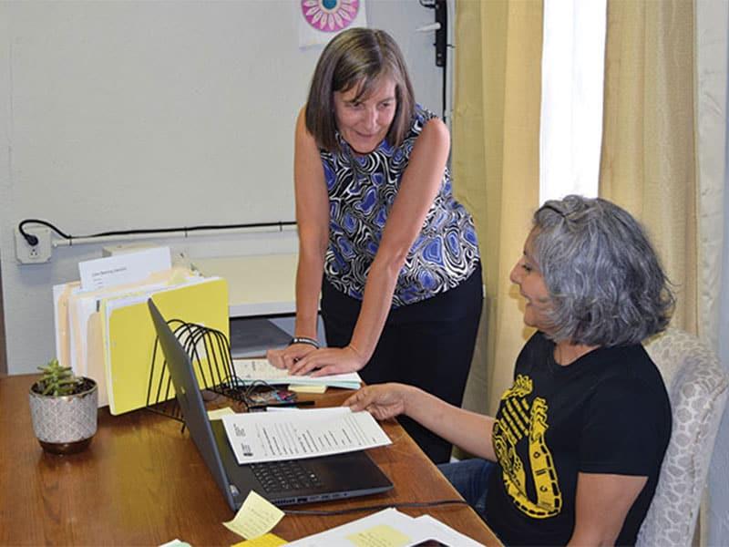 La misionera laica Maryknoll, Heidi Cerneka (izquierda), abogada, consulta con la asistente legal Connie Lara en Las Americas Immigrant Advocacy Center en El Paso, Texas, donde la pareja ofrece asistencia legal a migrantes en la frontera entre Estados Unidos y México.