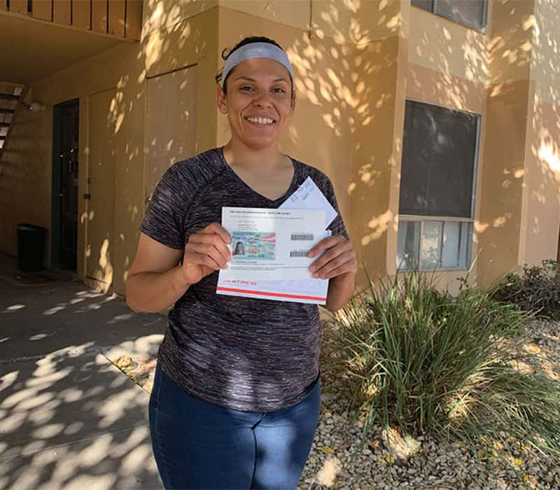 Elizabeth, una inmigrante indocumentada que fue víctima de abuso, ahora es una residente permanete legal que sonríe en el inicio de una nueva etapa de su vida en El Paso,Texas.