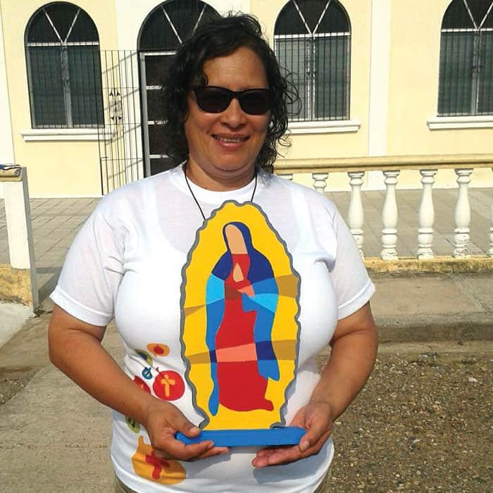 Luz Verónica Matamoros cargando una imagen de la Virgen de Guadalupe, uno de los símbolos que acompaña la pastoral juvenil en América Latina.