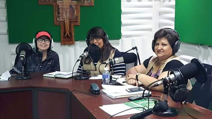 """Marisol Flores Serrano conduciendo el programa radial """"Sigamos a Cristo Misionero"""" de la Arquidiócesis deTegucigalpa, Honduras."""