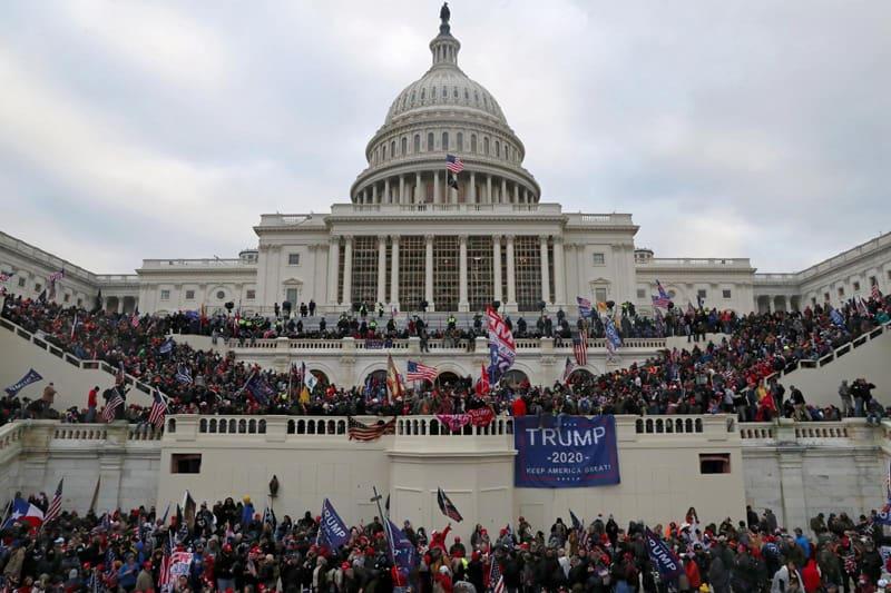 Los partidarios del presidente Donald Trump violan el Capitolio de los Estados Unidos en Washington el 6 de enero de 2021 (foto del CNS / Leah Millis, Reuters)