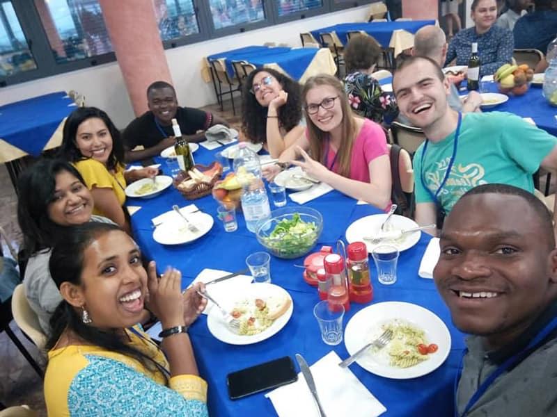 OCIJ: Brenda Noriega (blusa amarilla, manga corta) se une a otros jóvenes quienes comparten sus esperanzas y sueños para una participación activa de los jóvenes en la Iglesia. (Cortesía de Brenda Noriega)