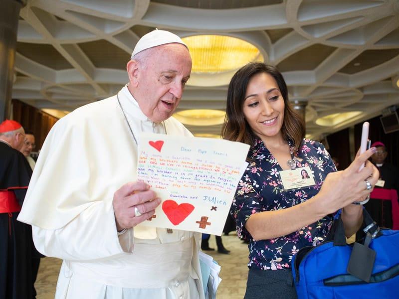OCIJ: El Papa Francisco se reúne con Yadira Vieyra, delegada sinodal de Chicago, antes de una sesión del Sínodo de los Obispos sobre los jóvenes, la fe y el discernimiento vocacional en 2018. (CNS/Vatican Media)