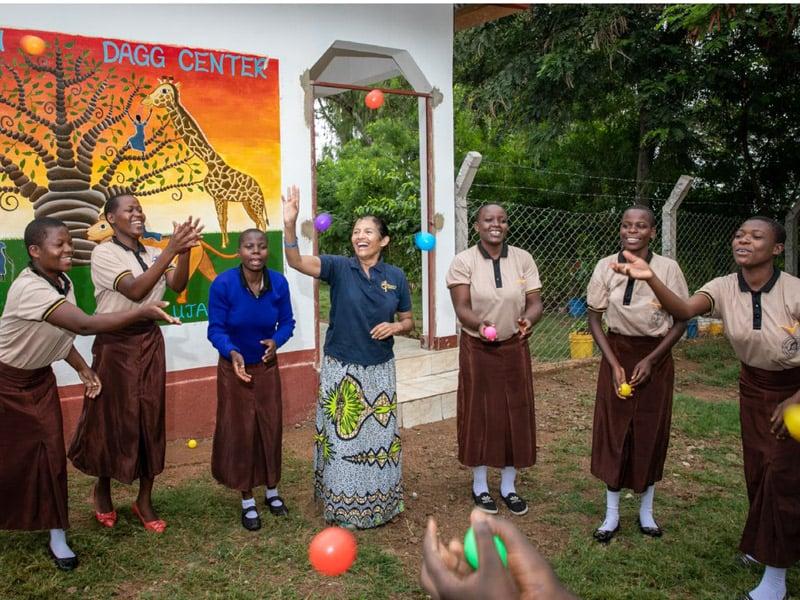 Relatos Primavera 2021: Angelica Ruppe (tercera desde izq.) juega con jóvenes del Rosemiriam Dagg Center en Musoma, Tanzania. (Angelica Ruppe/Tanzania )