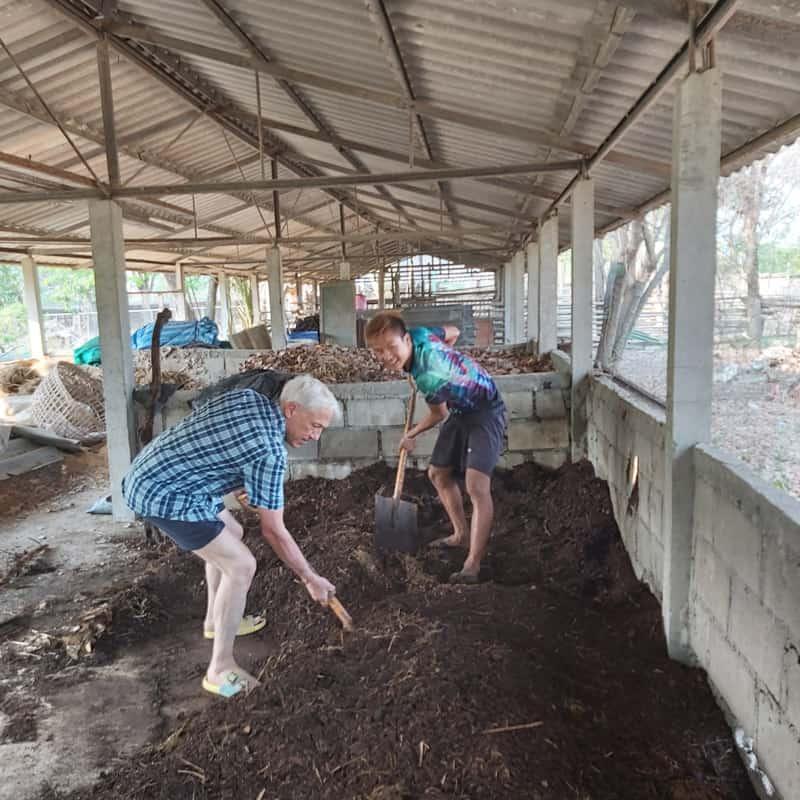 El Padre Maryknoll Lawrence Radice (Izq.) ayuda a agricultores de las zonas rurales de Tailandia a adaptarse a las condiciones del cambio climático, a menudo mediante el uso de métodos naturales para el control de plagas y conservación del suelo. (Cortesía de Lawrence Radice/Tailandia)