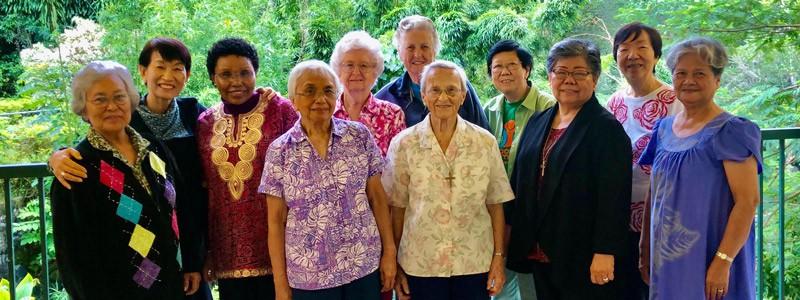La misionera Ardis Kremer (atrás, vestida de azul) posa con miembros de la congregación de las Hermanas Maryknoll que han servido en Hawái a través de los años. (Cortesía de las Hermanas Maryknoll)