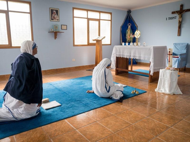 Adelbert (izquierda) y otra hermana de las Misioneras de la Caridad comparten un tiempo de oración y reflexión en su pequeña capilla privada en el centro, Cochabamba. (Nile Sprague/Bolivia)