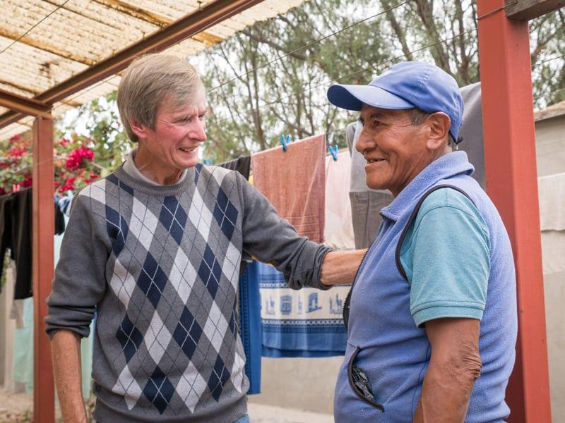 O'Donoghue camina alrededor del centro para saludar a los pacientes. Aquí está hablando y bromeando con Justo en el área de la lavanderia. (Nile Sprague/Bolivia)