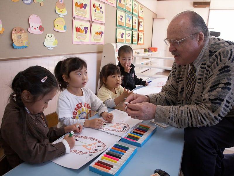 En su asignación anterior en la ciudad de Tomakomai, el padre Riha disfrutó interactuando con los niños en el jardín de infantes Holy Mother, donde se desempeñó como director. (Sean Sprague/Japón)