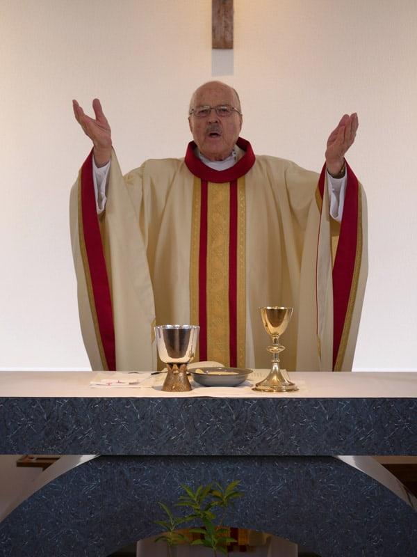 """En un altar sin adornos en la parroquia de Higashi (Este) Muroran, el padre Riha celebra la liturgia dominical con una """"vitalidad diferente"""" a la de África y América Latina (Peter Saunders/Japón)"""