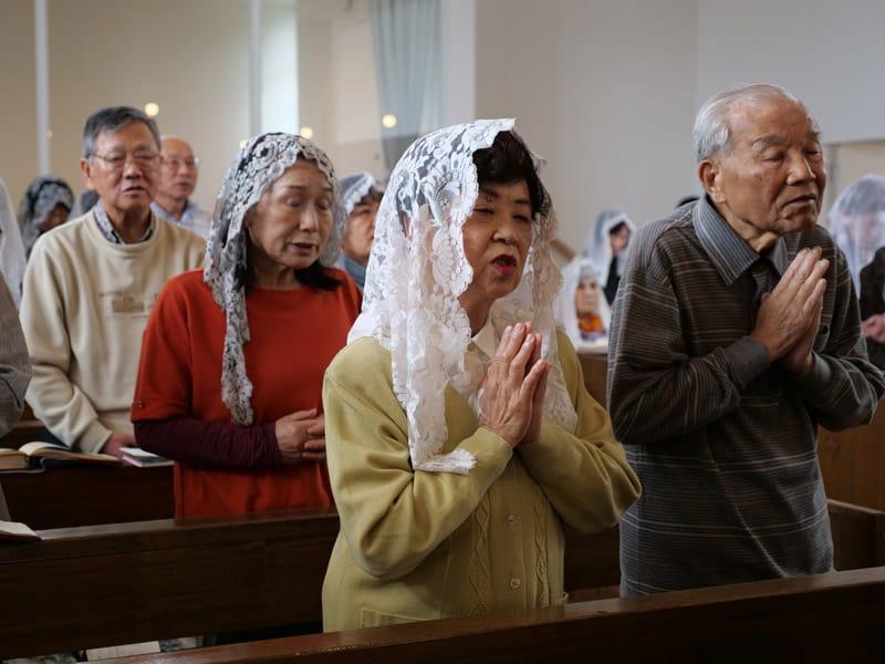 Padre Riha: En una liturgia dominical típica en Higashi, la mayoría de la congregación son ancianos y las mujeres usan velos de encaje mientras adoran solemnemente en estilo japonés. (Peter Saunders/Japón)